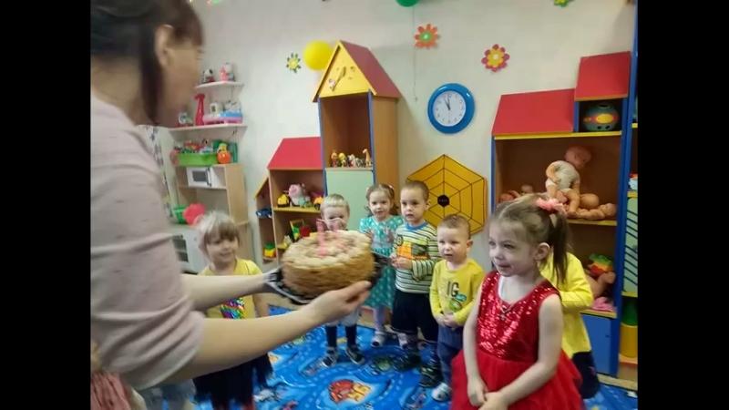Дочка задувает свечки Нам 3 годика