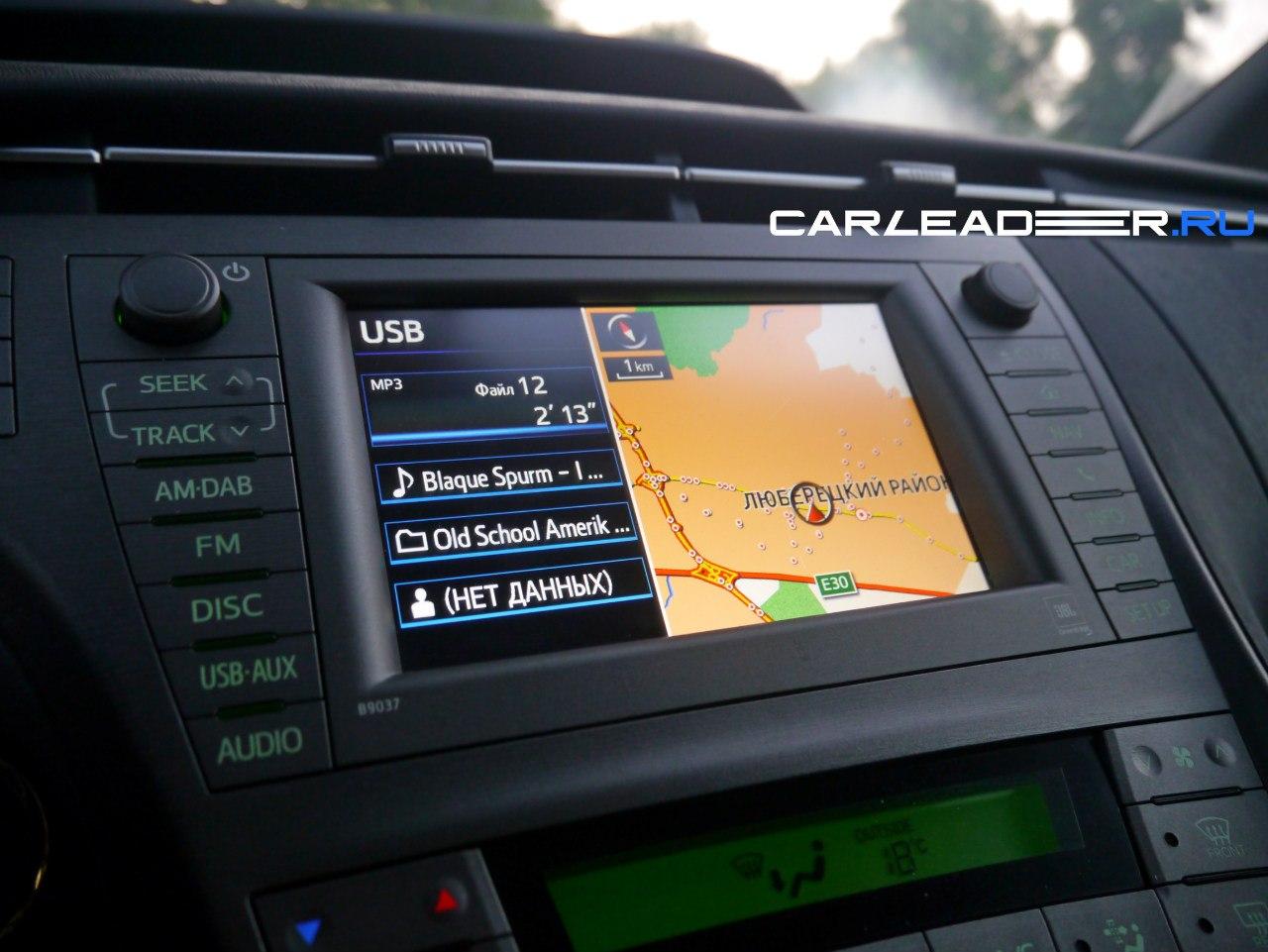 Цветной экран радует сочными цветами и хорошим разрешением, но огорчает нюансами. К примеру, у нас не вышло включить полноразмерный вид аудио-части. Включается, но ненадолго. Затем экран разбивается пополам. Неудобно. Как отключить навигацию?