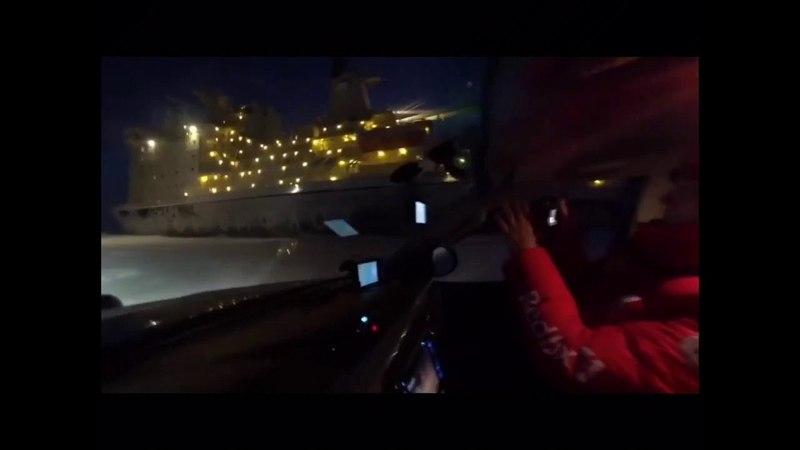 Гонщики на джипах пустились наперегонки идущим ледоколом «Таймыр»