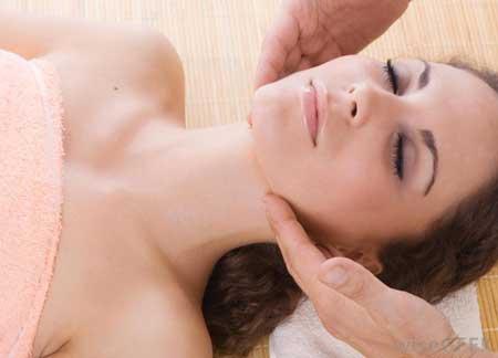 Массаж может улучшить кровообращение и помочь с подтяжкой лица.