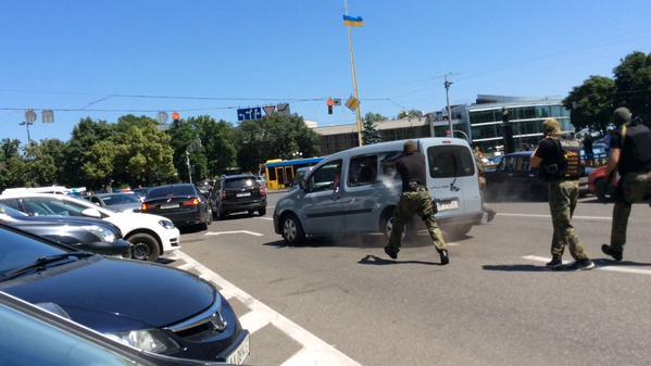 Подробности перестрелки в центре Киева: Сотрудники милиции открыли огонь по колесам автомобиля подозреваемых - Цензор.НЕТ 8594