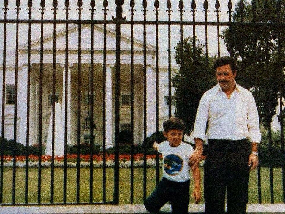 Пабло Эскобар фотается со своим сыном на фоне Белого...