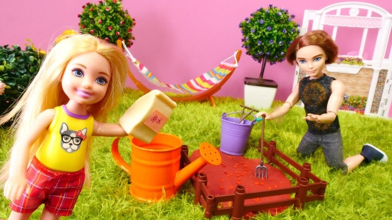 Ken y Chelsea cultivan las frutas. Vídeo de Barbie muñecas.