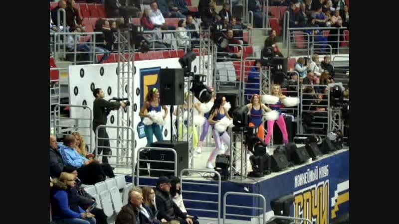 На стадионе танцгруппа