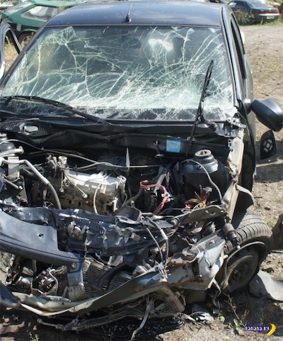 Почти реклама ремней безопасности В данном случае машина на скорости около 100 км/ч влетела в неподвижное препятствие. Что происходит во время удара Машина мгновенно останавливается,
