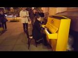 Уличные музыканты играют на «Жёлтом пианино», осень 16