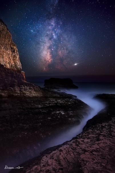 Млечный Путь и Юпитер над скалами в Давенпорте, Калифорния