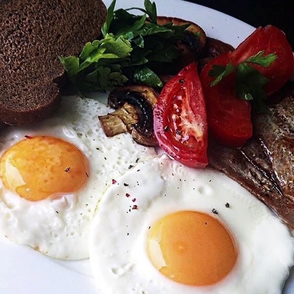 Разница между яичницей и омлетом Известно, что занятые люди не любят тратить много времени на создание кулинарных шедевров. Им куда проще приготовить незамысловатый вкусный завтрак за пять