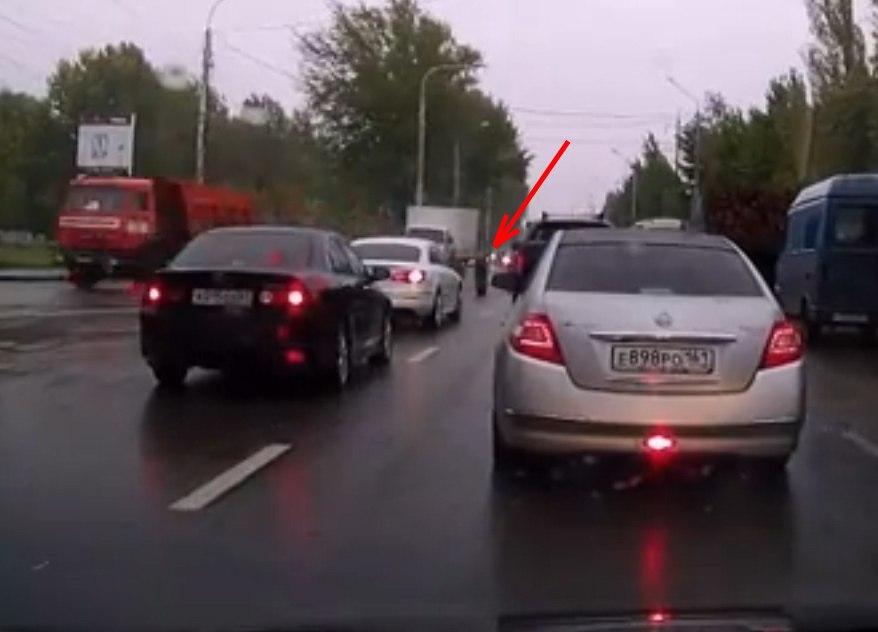 Видео попало колесо в лобовое стекло