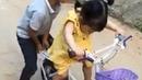 Em bé cắm cúi tập đi xe đạp cho bằng được - Cach tap di xe dap tre em