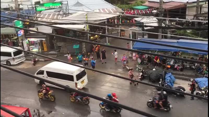 В Тайланде местный Новый год 🎉🎉🎪🎢🎡🎠🎭🎏🎁🎀Тайцы (особенно дети) выходят на улицы, прихватив с собой пару ведер воды, и со словами «