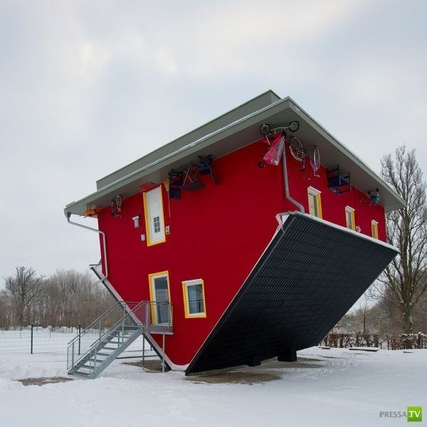 Перевёрнутый дом в городе Mecklenburg-Vorpommern, Германия.