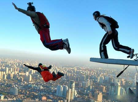 Парашютный прыжок - очень опасный вид спорта.