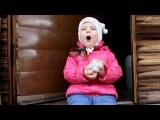 Двухлетняя девочка рассказывает стихотворение