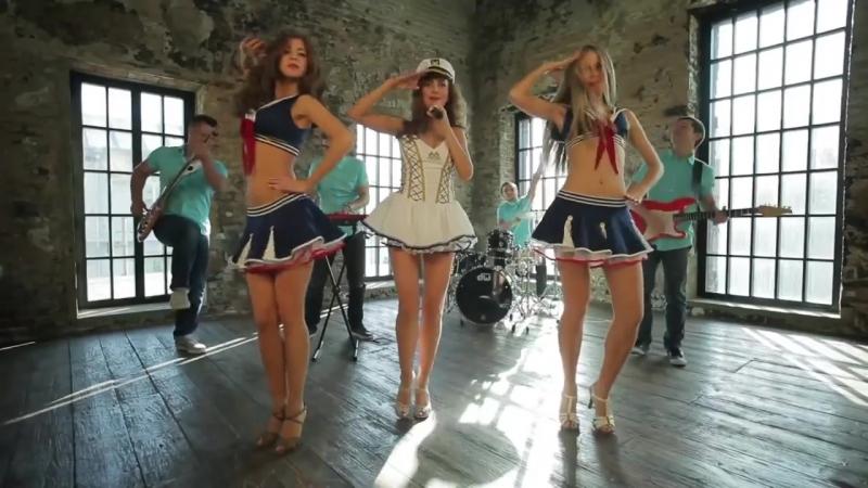 девушки танцуют зажигательно