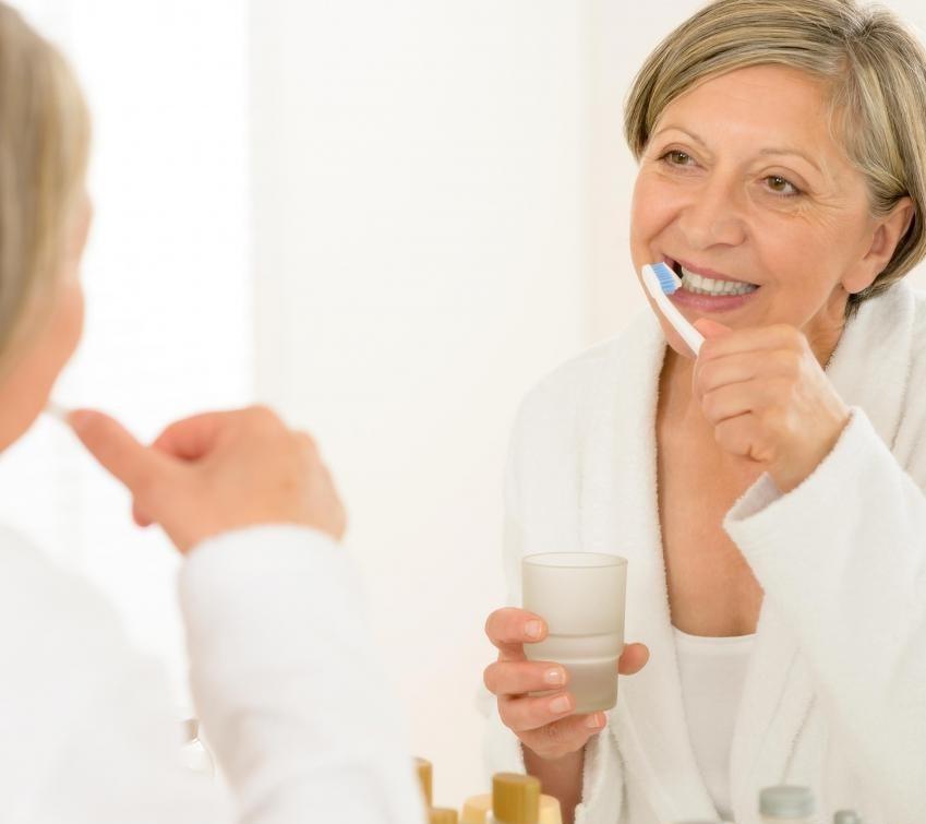 Люди, которые слишком сильно чистят зуб, могут наблюдать отступающие десны.