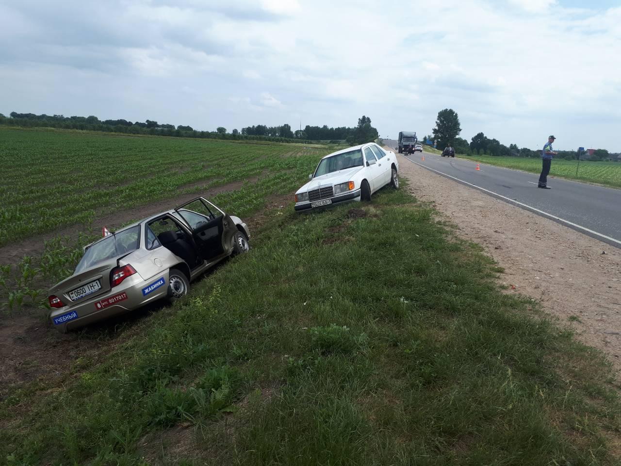 Лобовое под Жабинкой: столкнулись учебный автомобиль, Opel а затем и Мерседес