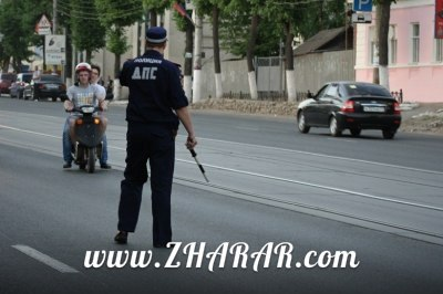 Астанада жол полицейі скутер жүргізушісін күштеп тоқтатпақ болды (видео)