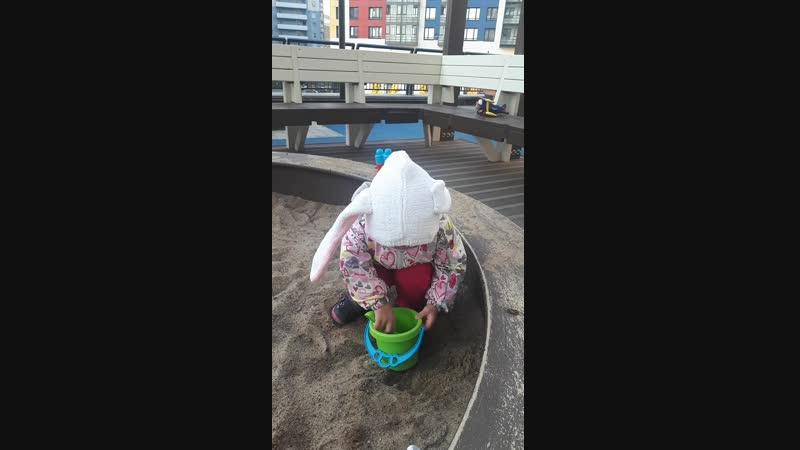 Зайка в песочнице 1