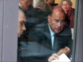 Сильвио Берлускони съел свою козявку. Интересно, что ест Путин? )))