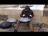 Пражский музыкант играет на необычном инструменте