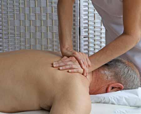 Артрит часто вызывает скованность в позвоночнике и прилегающей области, что может быть облегчено массажем.