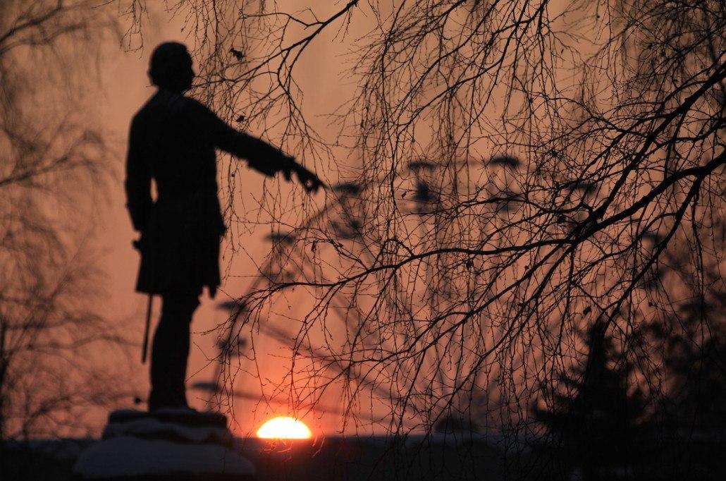 Колесо истории. Памятник Петру I в Петрозаводске в лучах восходящего солнца. Автор – Михаил Мешков