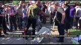 Украинские борцы за свободу слова в ходе протеста уничтожили кувалдой телевизор