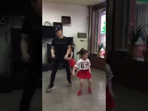 Прекрасное трио папа танцует с дочками The lovely trio dad dances with daughters