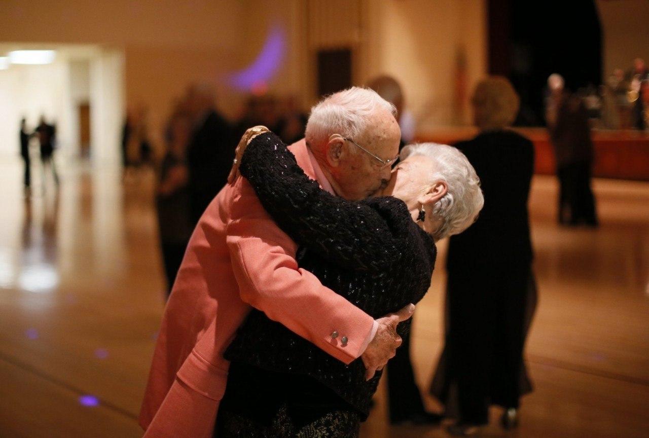 Старики целуются фото 3 фотография