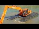 Фристайл плавающего экскаватора Saitama в реке амфибия болотоход