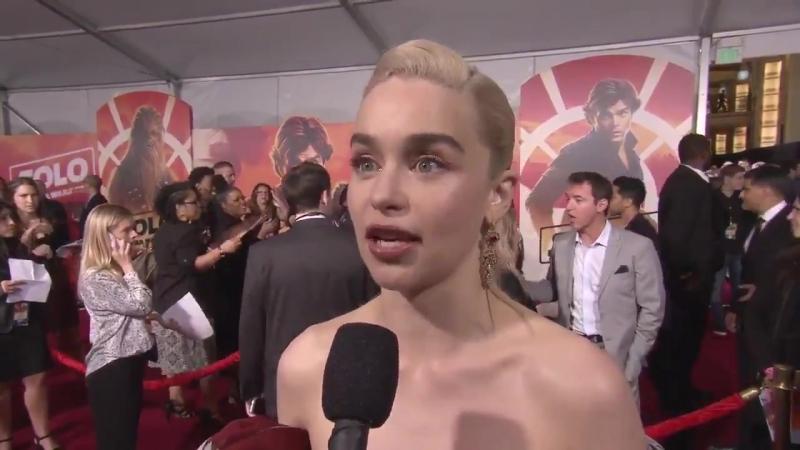 Entrevista com Emilia Clarke no tapete vermelho.