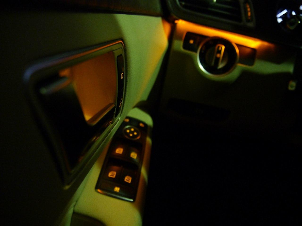 Грамотно подобранный янтарный свет ночью.