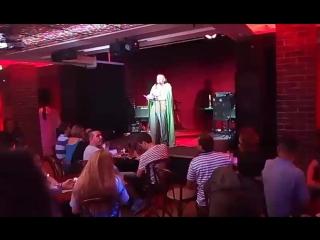 пиво пьем и слушаем поэтов в клубе Алиби