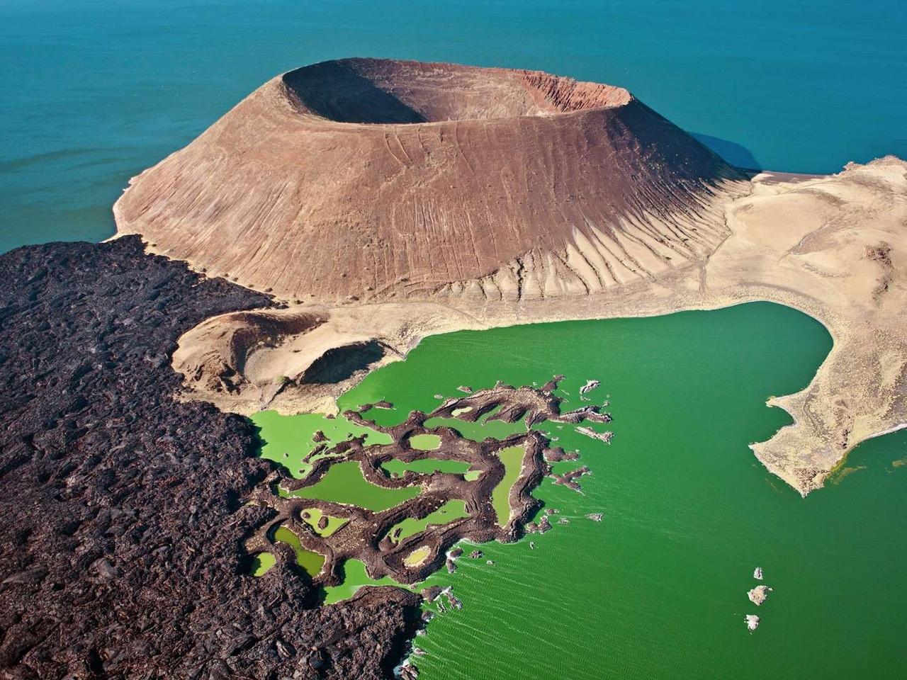 Кратер Набийотум в озере Туркана, расположенный в пределах Великой Рифтовой долины, Кения