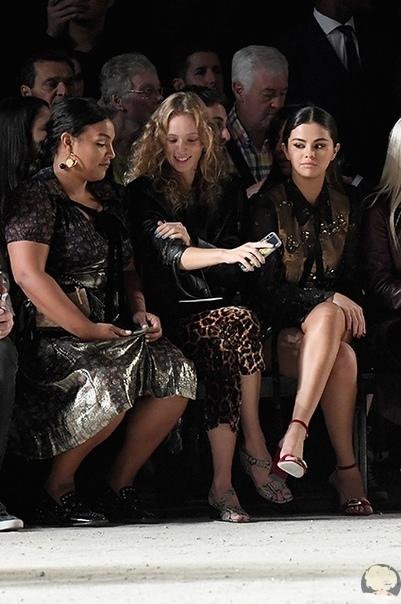 Селена Гомес в блестящем мини-платье стала звездой шоу Coach на Неделе моды в Нью-Йорке