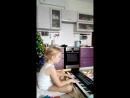 Машенька играет для бабушки ТО единственное чему мама смогла научить пока мама в пути на свое занятие в центр