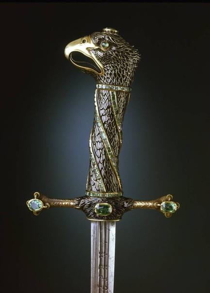 Рукоять меча с головой орла