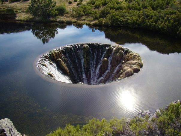 «Дырявое озеро» Кончос находится на территории горного хребта Серра-да-Эштрела, Португалия На самом деле это водохранилище гидроэлектростанции Лагоа Комприда. Сам кратер тянется на глубину 4,6