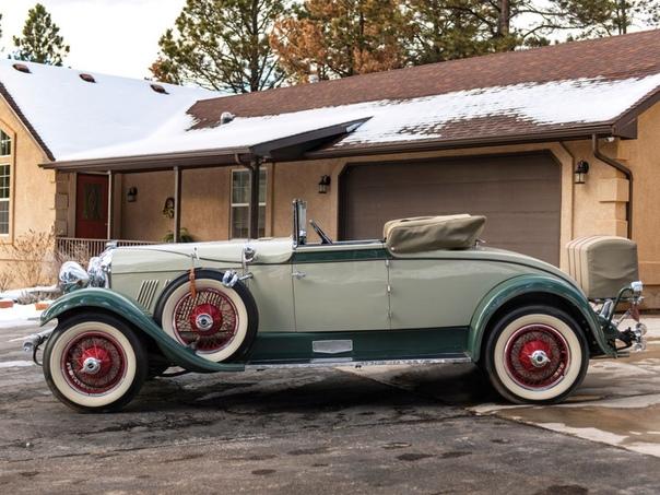 Четырёхместный кабриолет «Оберн» 8-120 1929 года. Он был создан на основе модели 8-115 1928 года, но отличался более мощным двигателем. Рядный восьмицилиндровый двигатель Лайкоминг объемом
