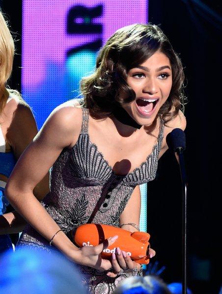 ??? Юные зрители выбрали своих кумиров. Актеры и музыканты получили оранжевые статуэтки в форме