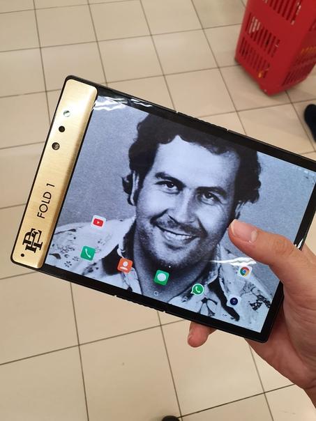 Брат наркобарона Пабло Эскобара представил собственный гибкий смартфон Компания Escobar Inc. выпустила несколько промо-роликов, посвященных их последнему продукту складному смартфону модели Fold