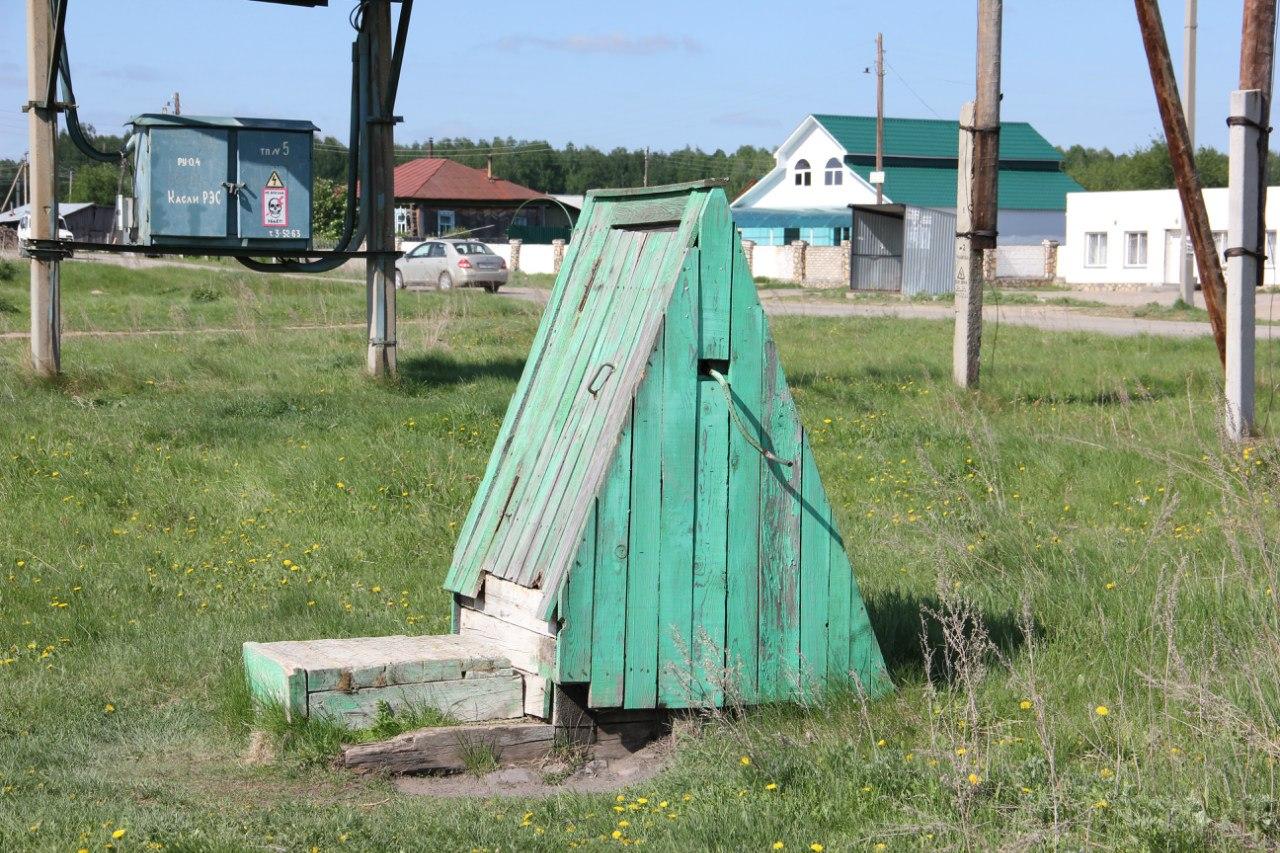 Малая архитектурная форма. Уличный деревенский колодец: дверца, ворот, цепь, ведро. (04.07.2014)