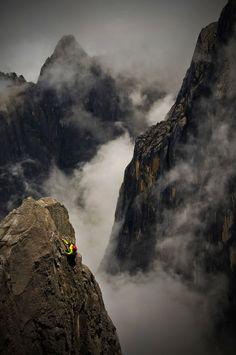Человек, сидящий на вершине горы — не упал туда с неба.
