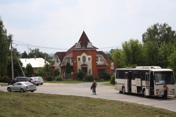 Ещё раз фотография китча и парковки для автобусов.