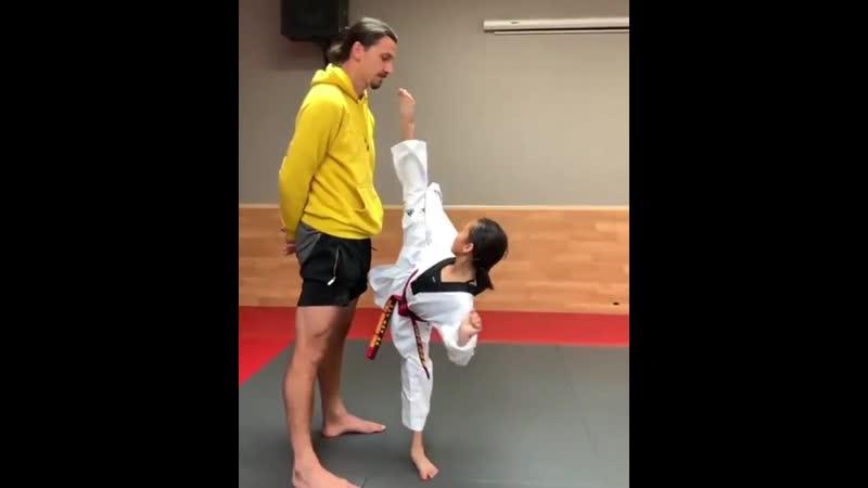 Девочка пытается дотянуться до Златана