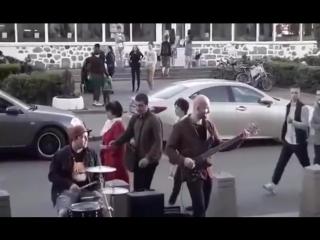 В Москве бухому мужику не понравились уличные музыканты и он решил заявить им об этом