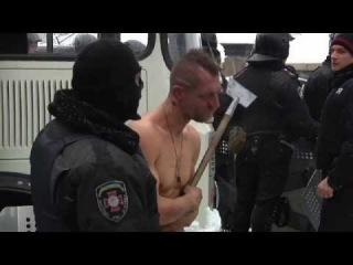 Police beat naked man in Ukraine snow - Truthloader