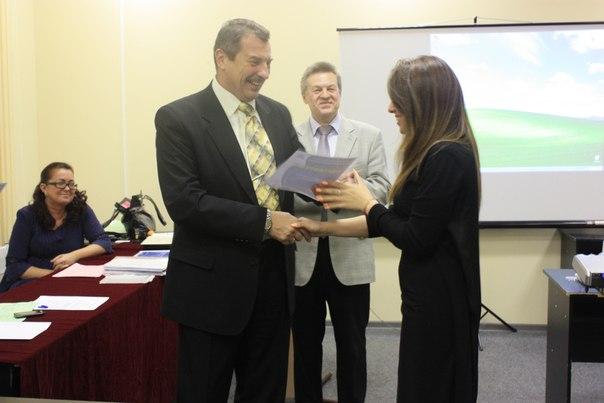 Ректор вручает диплом участнице конференции