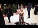 Emilia Clarke no tapete vermelho do Met Gala 2018